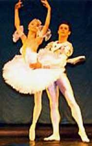 Балетное искусство во всем мире По мере того как к середине 20 в. возрастала роль балета, труппы стали создаваться почти во всех странах обеих Америк, Европы, Азии, в том числе в некоторых районах Средней Азии и Африки, а также в Австралии и Новой Зеландии. Балет нашел себе место даже в странах с собственной богатой танцевальной традицией, таких, как Испания, Китай, Япония и Малая Азия. Морис Бежар, выросший в послевоенной Франции, создал в 1960 труппу «Балет ХХ века» в Брюсселе. Эта труппа, как и организованная при ней весьма необычная школа под названием «Мудра», имела целью пропагандировать искусство балета, демонстрируя танцевальные драмы, основанные на психологии и современных философских идеях. Многие спектакли шли на стадионах, чтобы их могло видеть как можно больше зрителей. Бежар опровергал часто цитируемое утверждение Баланчина, что «балет – это женщина», и уделял главное внимание танцовщикам-мужчинам: например, в балете Жар-птица (на музыку сюиты Стравинского, 1970) он заменил исполнительницу главной партии юношей, который изображает партизана. Тем не менее в его труппе в течение пяти лет танцевала ведущая балерина Баланчина Сьюзен Фаррелл, временно покинувшая нью-йоркскую труппу после того как она вышла замуж. В 1987 Жерар Мортье, директор брюссельского «Театр де ля Моннэ», при котором работал «Балет ХХ века», предложил Бежару сократить расходы и уменьшить состав труппы. Не согласный с этими требованиям Бежар стал искать другое место, где он мог бы продолжить работу. Ему были сделаны многочисленные предложения из разных стран Европы, и он выбрал Лозанну в Швейцарии. Теперь его труппа носит название «Балет Бежара». В последние десятилетия 20 в. итальянская балерина Карла Фраччи, Алессандра Ферри (р. 1963) и Вивиана Дюранте, ведущая танцовщица английского Королевского балета, с огромным успехом выступали за пределами Италии, но у себя на родине не нашлось театра, где они могли бы найти достойное применение своим талантам. В Испании, где традиции национальн