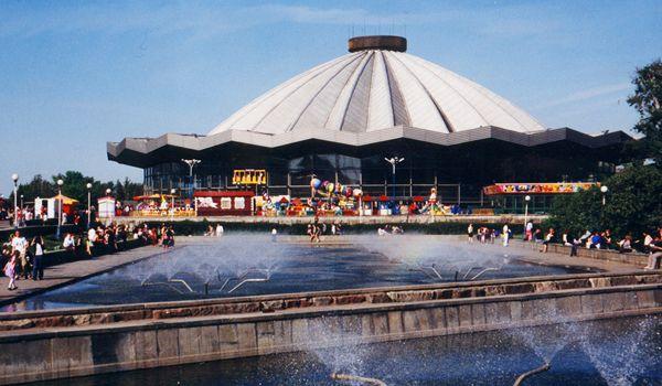 """А вот  """"сачкодром """" студентов МГУ - это фонтаны возле цирка на проспекте Вернадского.  Как сыну не позвоню..."""